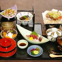 元海定食 主菜:2種類の中から選んでいただくことができます お造り、小鉢、煮物、サラダ類、茶碗蒸し、ご飯、赤だし、漬物、デザート